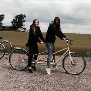 Ellie & Elvira på sin hyrda tandemcykel vid besöket på Hven 2015-07-31.