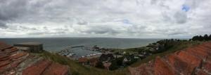 Panoramabild över Kyrkbackens hamn på Hven.