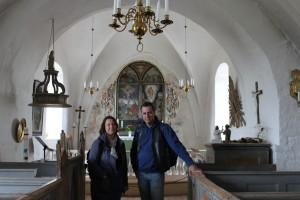 Tina & Jörgen framför altaret i St: Ibb's kyrka vid besöket på Hven 2015-07-31.