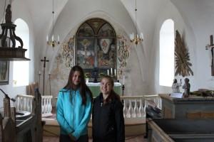 Elvira & Ellie framför altaret i St: Ibb's kyrka vid besöket på Hven. 2015-07-31.