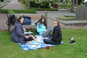 Tina, Elvira & Ellie på filten för en picknick, strax utanför St: Ibb's kyrka vid besöket på Hven 2015-07-31.