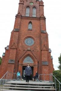 Elvira, Tina & Ellie utanför Hven's nya kyrka på Hven. Kyrkan är numera avkristnad och används som Tycho Brahe museum. 2015-07-31