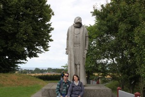 Jörgen & Tina framför Tycho Brahe statyn på Hven 2015-07-31.