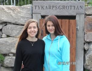 Ellie & Elvira utanför ingången till kalkstensgruvan Tykarpsgrottan.