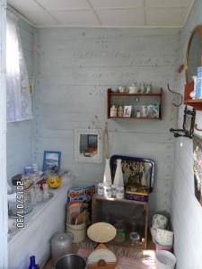 """Ett av rummen i """"antikaffären"""" 200-meter från Tykarpsgrottan."""