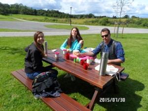 Ellie, Elvira & Jörgen mitt i picknicken vid Tykarpsgrottan.