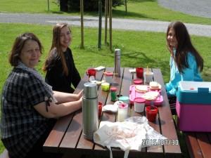 Tina, Ellie & Elvira mitt i picknicken vid Tykarpsgrottan.