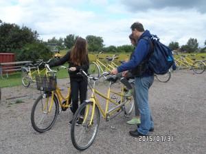 Ellie, Elvira & Jörgen vid cykeluthyrningen på Hven 2015-07-31.